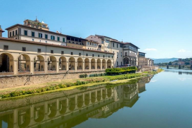 Il Corridoio Vasariano visto da Ponte Vecchio con riflesso sull'Arno
