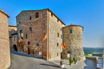 Torre dei Serviti è un boutique hotel a Casole d'Elsa dentro ad una torre storica, con panorama sulla valle, accoglienza tailor made e raffinata colazione