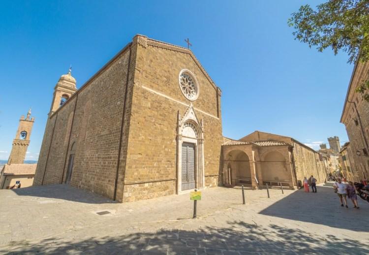 Il borgo di Montalcino e la sua Chiesa