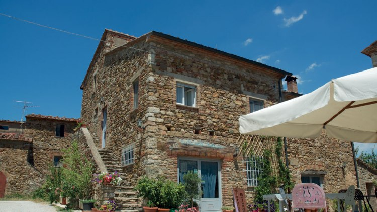 Suvereto è un borgo toscano in provincia di Livorno, affacciato sulla Val di Cornia e a pochi km dalle bellissime spiagge del Parco Naturale di Rimigliano