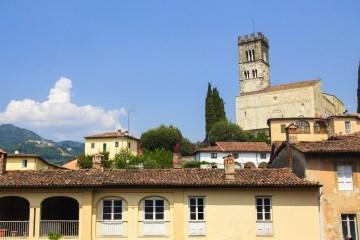 Barga si trova in Garfagnana sulle pendici delle Apuane: è tra i borghi più belli di Italia, è certificato Cittàslow e bandiera arancione del Touring Club