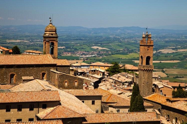 Montalcino è un borgo della Val d'Orcia, Siena, che, oltre al famoso Brunello, offre antichi palazzi e caratteristiche vie, ideali per un weekend in Toscana