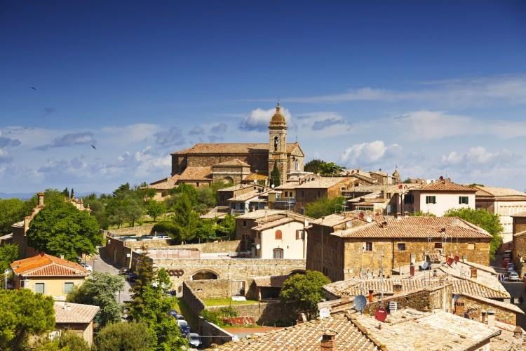 Montalcino è un borgo della Val d'Orcia, Siena, che, oltre al famoso Brunello, offre antichi palazzi e caratteristiche vie, ideali per un weekend in Toscana.