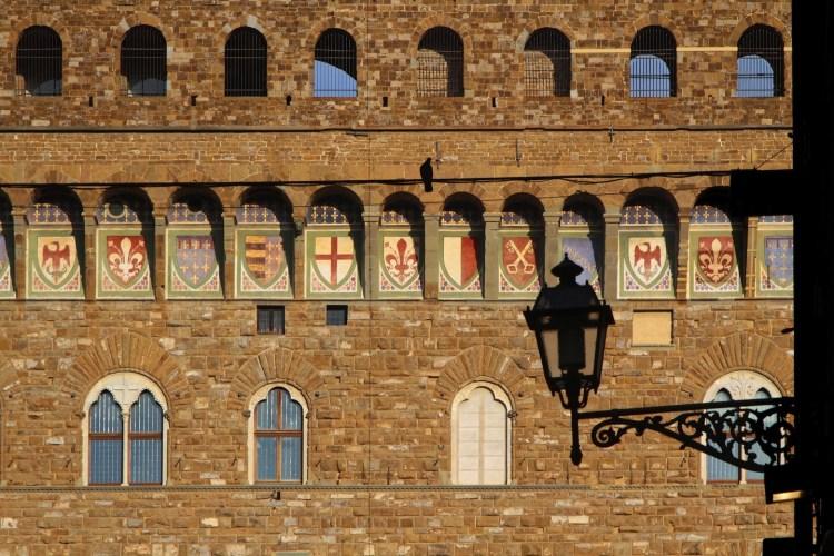Antichi stemmi sul cornicione di Palazzo Vecchio a Firenze