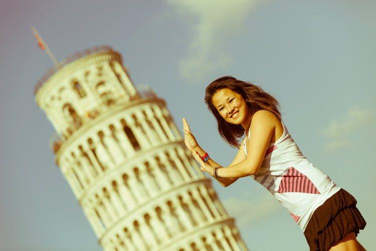 La foto di rito in Piazza dei Miracoli finendo di tenere la Torre di Pisa