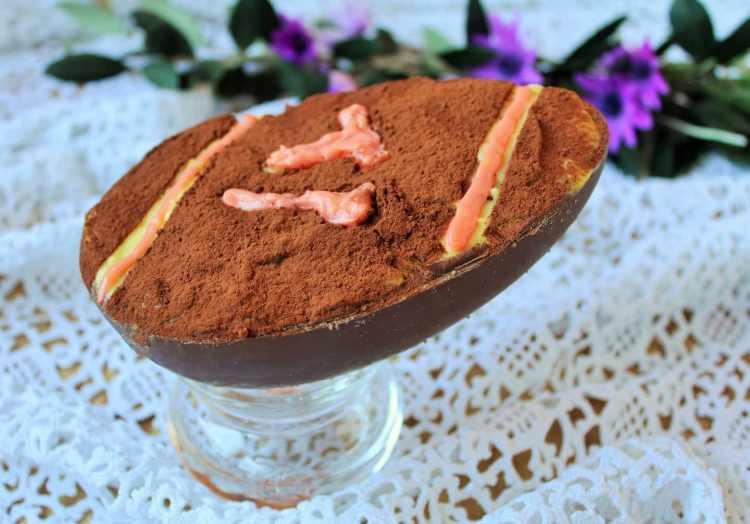 La zuppa inglese, dolce tipico fiorentino già realizzato da Pellegrino Artusi, si sposa con le uova di cioccolato artigianali del Caffè Reiner a Firenze.