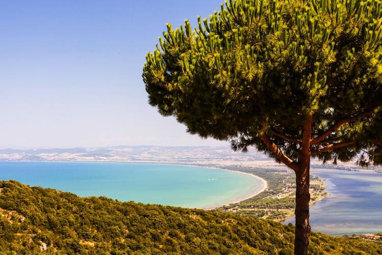 Il Monte Argentario si trova nella Maremma grossetana ed è uno dei luoghi più belli dove passare le vacanze in Toscana: mare cristallino, storia e tipicità.