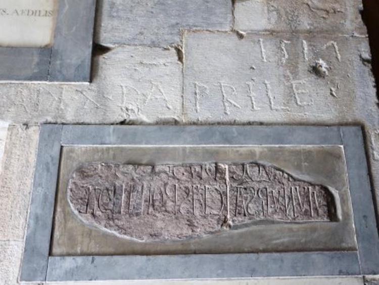 L'epigrafe che rivela il nome del costruttore della Torre di Pisa: Bonanno Pisano