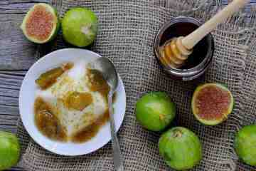 Semifreddo alla ricotta con fichi e miele di castagno, una ricetta semplice, veloce e originale per un fresco dessert