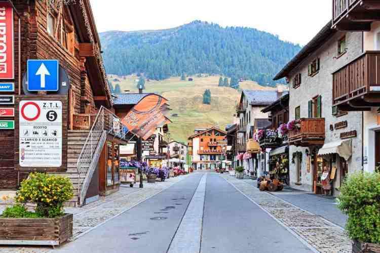 Livigno in Alta Valtellina, uno dei borghi italiani più Glamour, ricco di fascino, adatto per lo shopping compulsavo, famoso per uno dei più bei complessi sciistici d'europa, Carosello 3000. Ma anche Running, trekking, mountain bake e ristorazione di qualità.