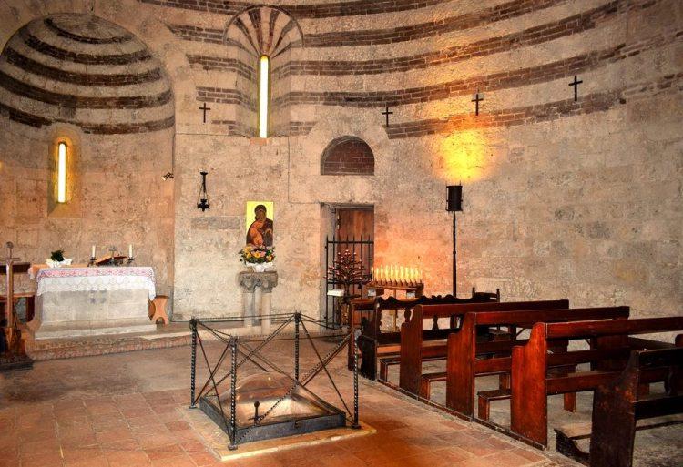 Interno dell'eremo di Montesiepi, dove si trova la spada nella roccia toscana
