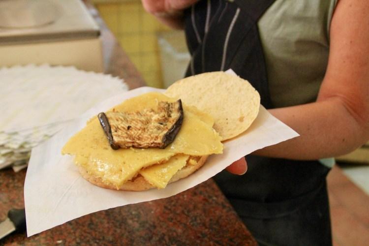 A Livorno l'Antica Torteria Gagarin produce il miglior 5 e 5 della città, street food toscano d'eccellenza, fatto con pane e torta di ceci