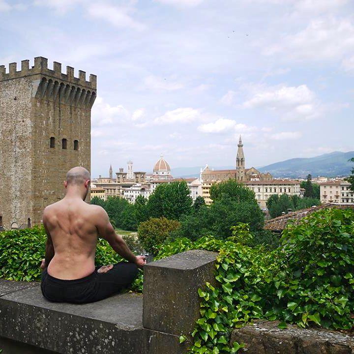 Yoga Garage è la scuola di yoga a Firenze dove la scelta delle location delle lezioni è centrale: dalle cappelle ai tetti di antichi palazzi fiorentini.