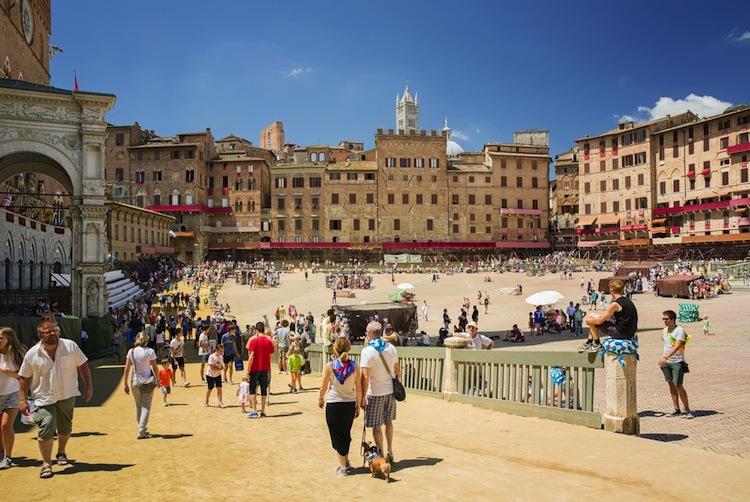 Piazza del Campo a Siena è uno dei luoghi più famosi della Toscana, sede della corsa di cavalli più conosciuta al mondo: il Palio di Siena