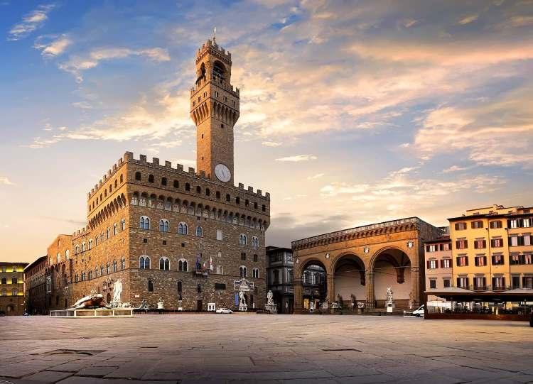 Piazza della Signoria è uno dei luoghi simbolo di Firenze. In assoluto una delle piazze più conosciute al mondo, che racchiude tesori inestimabili.