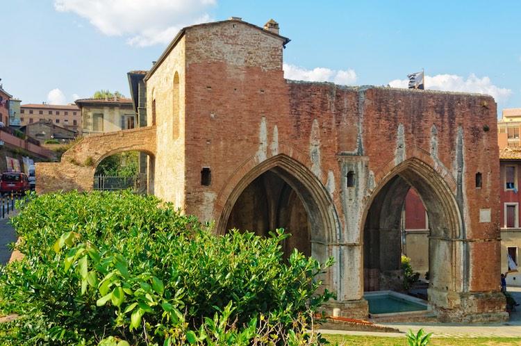Alla scoperta di Siena sotterranea, un weekend nella città del Palio camminando per i bottini di Siena, la rete di approvvigionamento d'acqua delle fonti storiche della città.