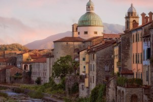 Pontremoli è uno dei borghi toscani sulla via Francigena. Si trova in Lunigiana, territorio definito dalle rive del fiume Magra, confinante con Emilia-Romagna e Liguria