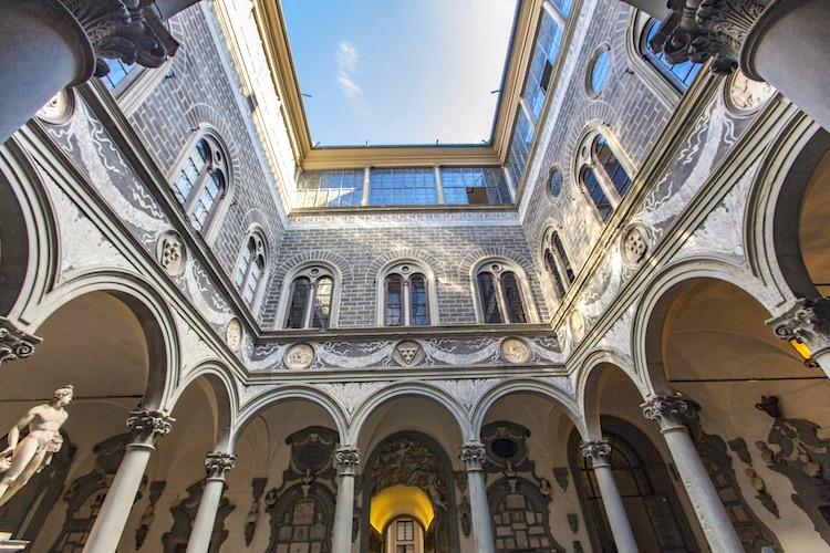 Lorenzo il Magnifico oltre ad essere un fine politico, che per anni riuscì a far mantenere la pace tra i potentati italiani, incarna perfettamente la figura del principe ideale del Rinascimento.