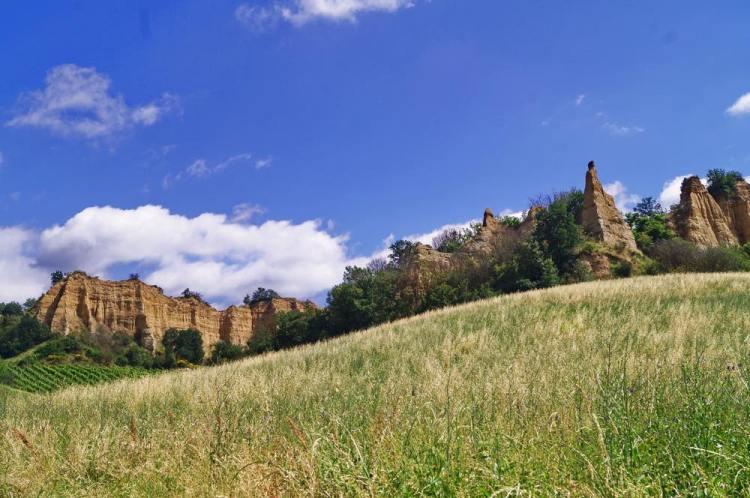 Castelfranco di Sopra, progettato da Arnolfo di Cambio tra le magiche Balze del Valdarno, è uno dei 23 borghi più belli d'Italia in Toscana