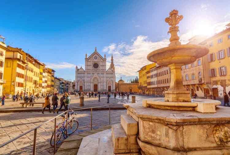 Piazza Santa Croce è una delle più belle piazze di Firenze. Qui sorgono: la Basilica di Santa Croce, la statua di Dante e molti palazzi storici.
