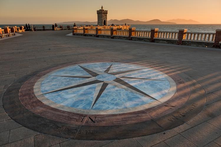 Piazza Bovio a Piombino è una delle piazze marine più grandi d'Europa.