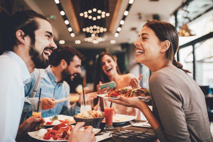 Cosa cercano gli italiani al ristorante? Quali sono le motivazioni che ci spingono ad andare a mangiare fuori? Quali criteri seguiamo?