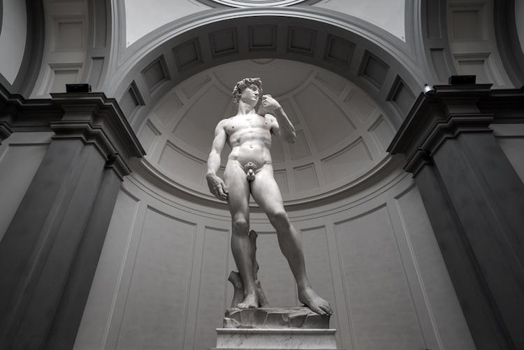 Il David di Michelangelo si trova dentro la Galleria dell'Accademia, nel quartiere storico di San Giovanni a Firenze.