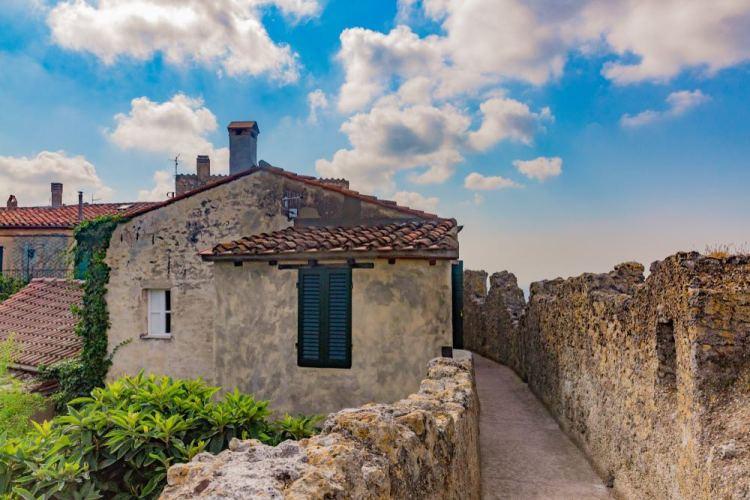 """Capalbio è uno dei """"Borghi più belli d'Italia"""" della Toscana. Si trova nella Bassa Maremma ed è un luogo da visitare sia d'estate che d'invernoCapalbio è uno dei """"Borghi più belli d'Italia"""" della Toscana. Si trova nella Bassa Maremma ed è un luogo da visitare sia d'estate che d'inverno"""
