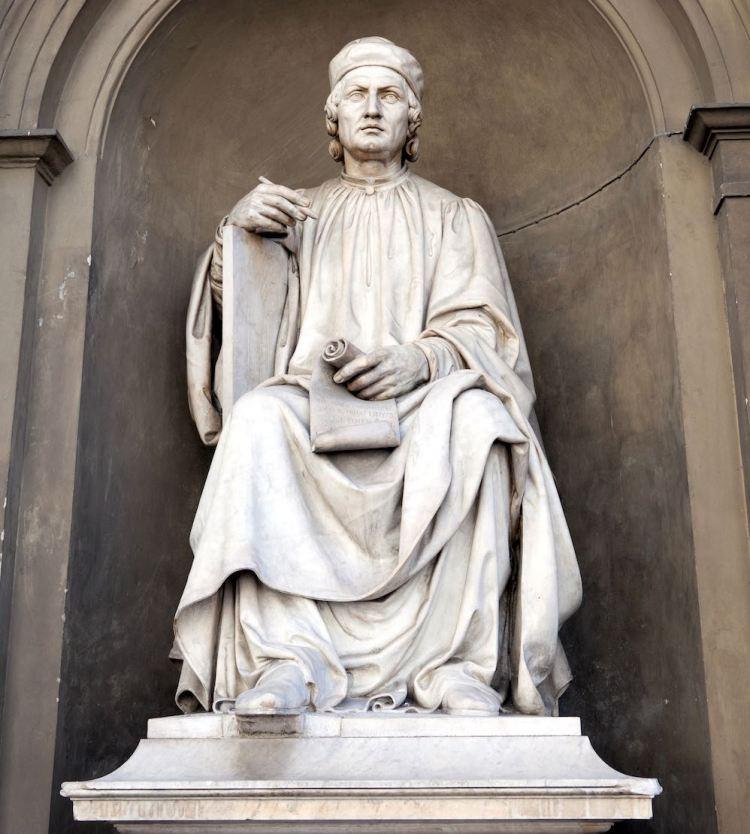 Statua di Arnolfo di Cambio davanti agli Uffizi a Firenze