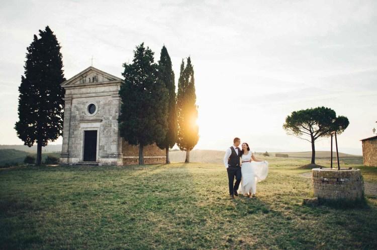 Coppia di sposi alla Cappella della Madonna Vitaleta, tra i borghi in Toscana per matrimonio preferiti dagli innamorati.