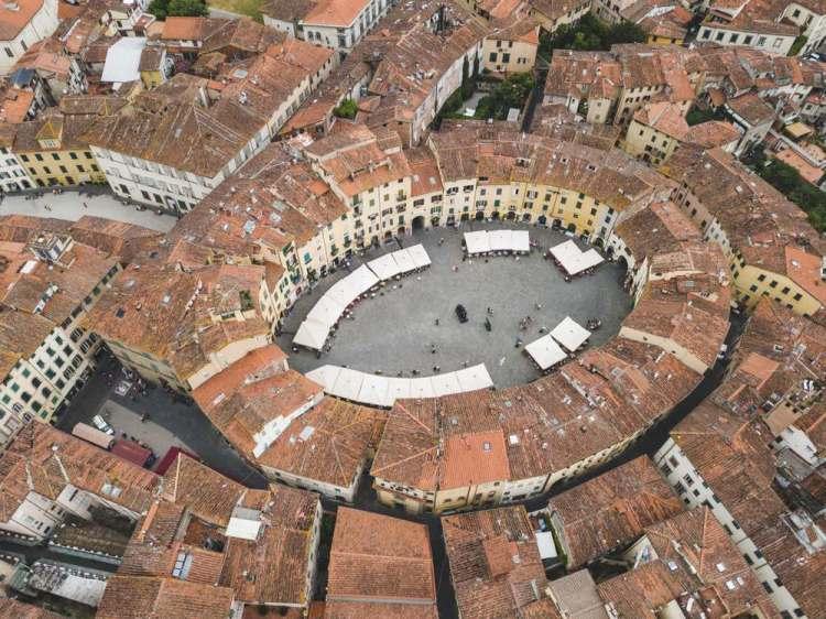 Piazza Anfiteatro a Lucca sorge su un antico anfiteatro romano ed è oggi una delle più belle piazze della Toscana