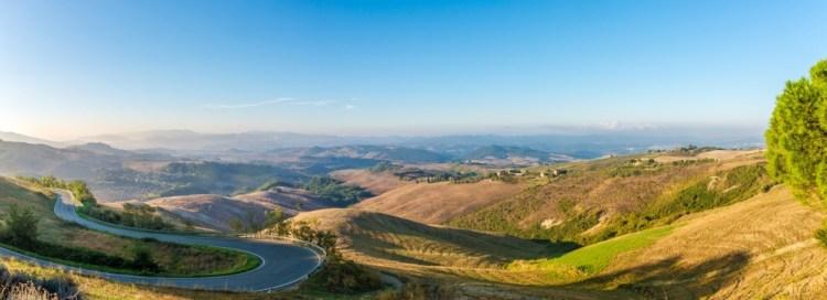 La via Volterrana, una delle più belle strade panoramiche della Toscana, nasce in epoca etrusca come via del sale.