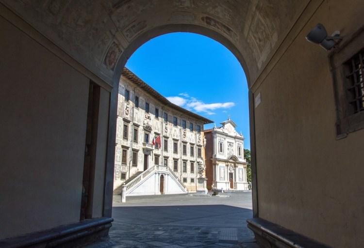 La Normale di Pisa si trova in Piazza dei Cavalieri ed è una scuola d'eccellenza in Toscana. Ma perché la Normale di Pisa si chiama così?
