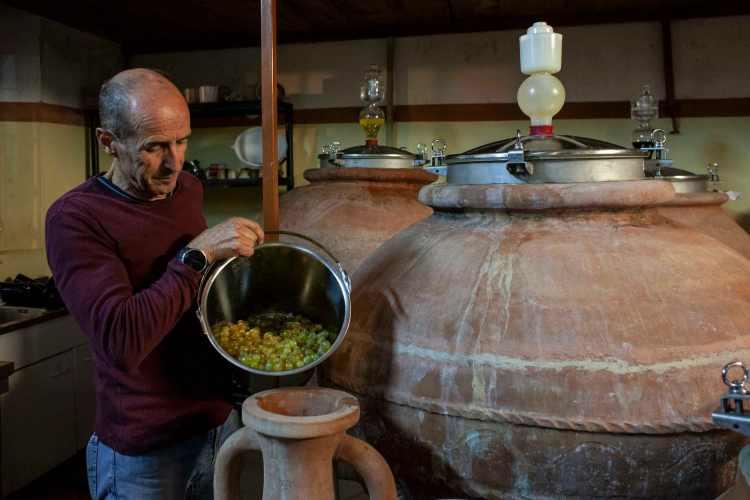 Antionio Arrighi produttore del vino marino dell'Antica Grecia