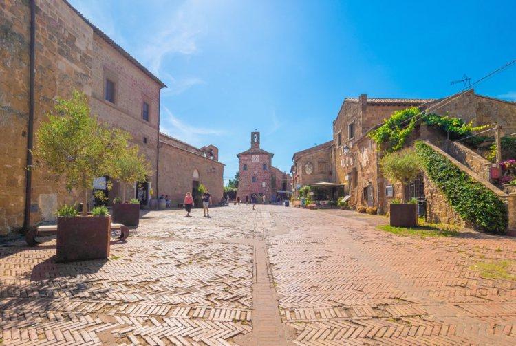 Tra le 10 più belle piazze della Toscana, troviamo la piazza medievale di Sovana (GR)
