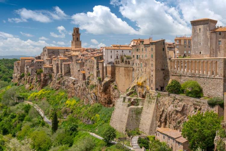 """Pitigliano, detta la """"piccola Gerusalemme di Toscana, si trova nell'Area del Tufo nella Maremma grossetana"""