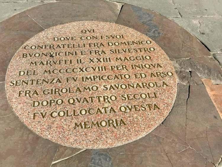 In Piazza della Signoria a Firenze esiste una targa a memoria del rogo dove morì Girolamo Savonarola