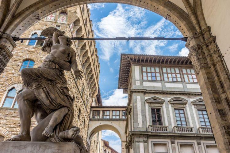 La Loggia dei Lanzi in Piazza Signoria conserva molti capolavori dell'arte rinascimentale
