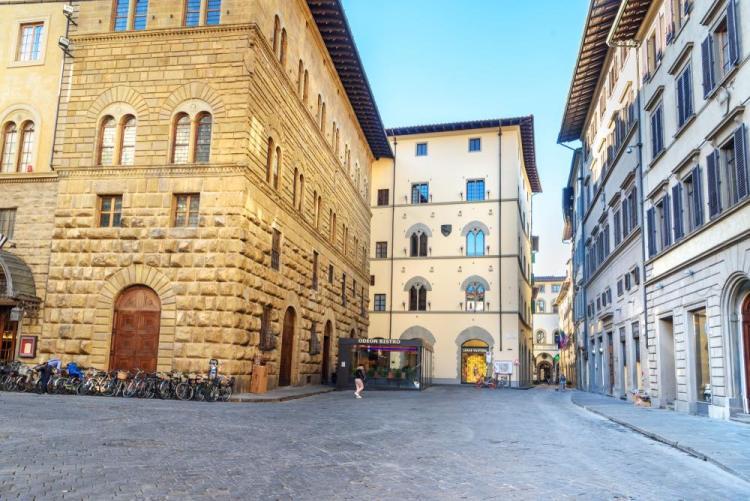 In Piazza Strozzi a Firenze si trova uno dei più antichi cinema fiorentini: l'Odeon
