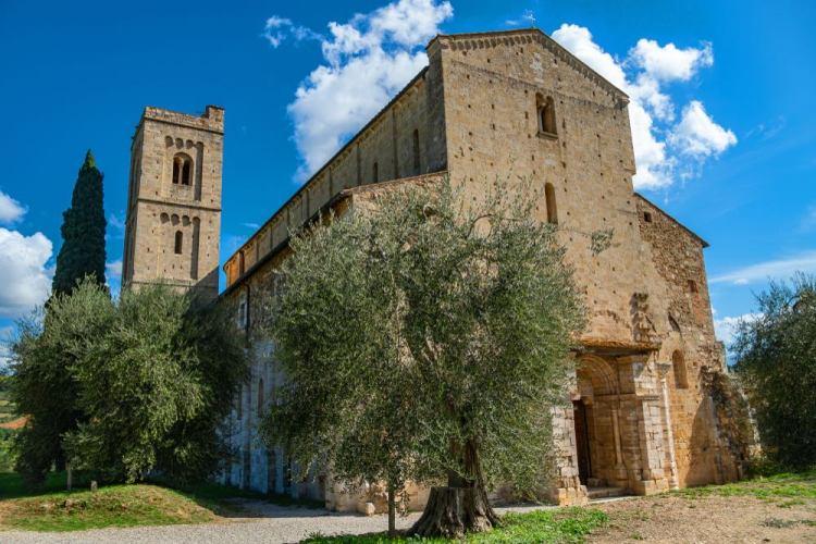 L'ingresso alla chiesa di Sant'Antimo nel cuore della Val d'Orcia Toscana