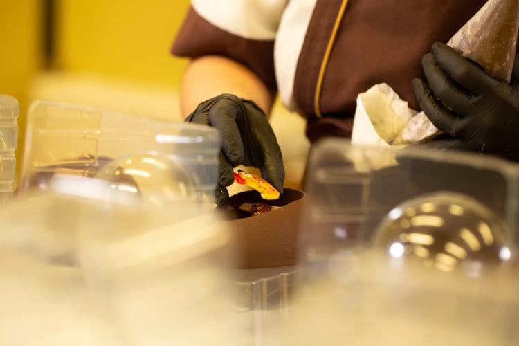 Produzione delle migliori uova di cioccolato artigianali toscane alla cioccolateria Slitti