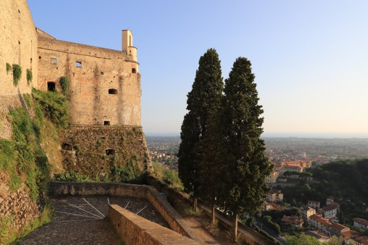 Castello di Malaspina con vista fino al mare