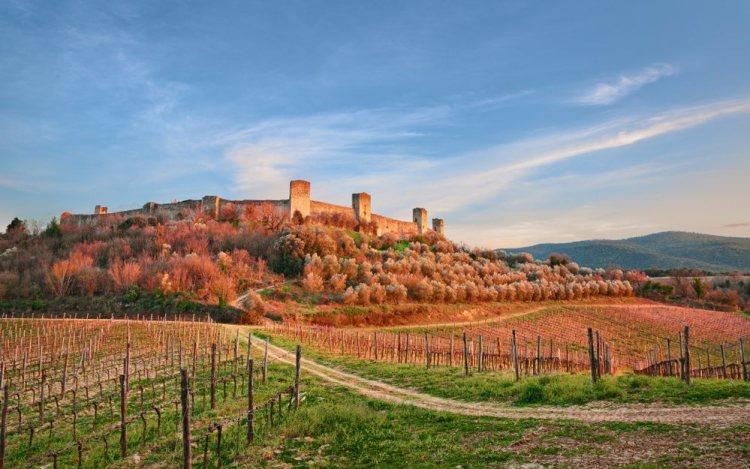 Monteriggioni, borgo fortificato in Toscana