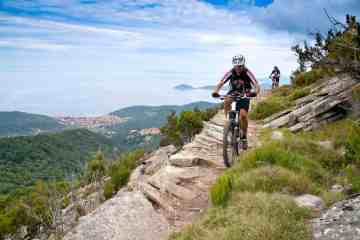 Cicisti in mounain bike all'Isola d'Elba
