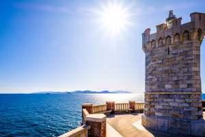 Faro di Piazza Bovio a Piombino con vista su Isola d'Elba.