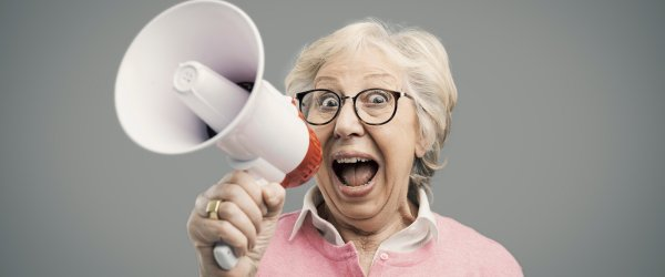 Signora anziana con il megafono