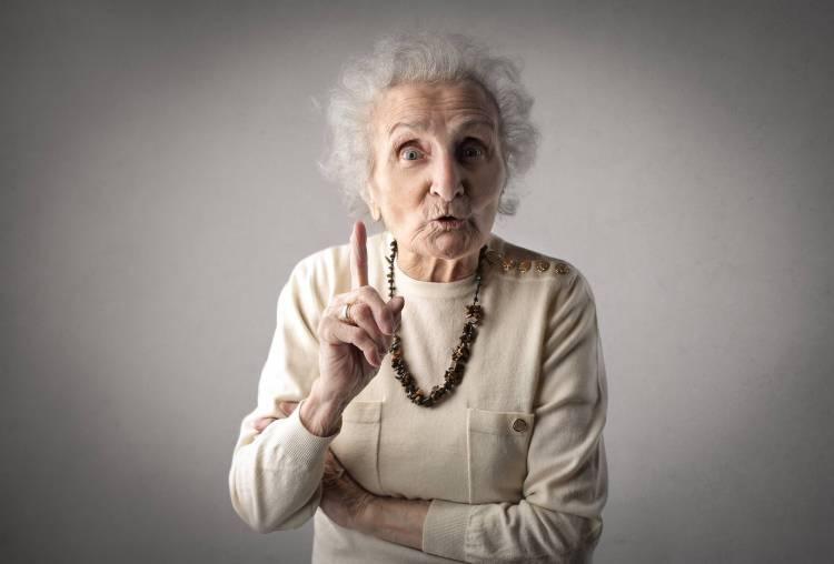 Signora anziana con espressione di ammonimento
