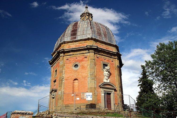 Il Tempio di Santo Stefano della Vittoria si trova a Pozzo della Chiana, opera di Giorgio Vasari e Bartolomeo Ammannati