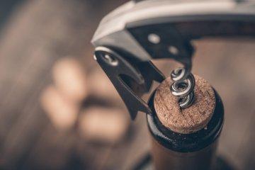 Apertura di una bottiglia di vino toscano