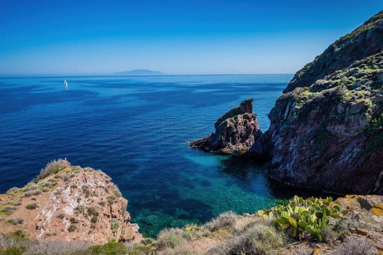 L'isola di Capraia fa parte dell'Arcipelago toscano